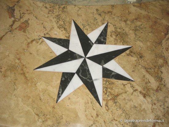 Rivestimento in pietra con stella a 8 punte