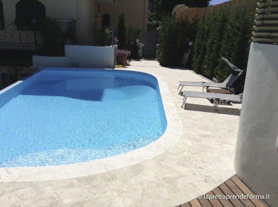 piscina al primo piano di forma ovale