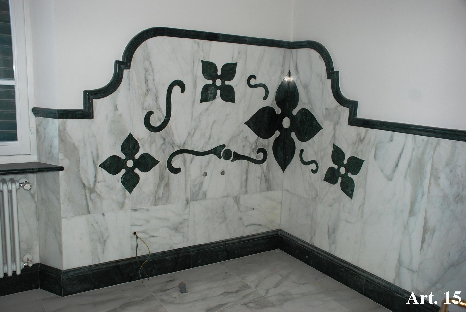 Parete in marmo decorata