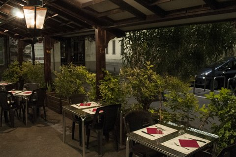 vista dei tavoli all'esterno del ristorante