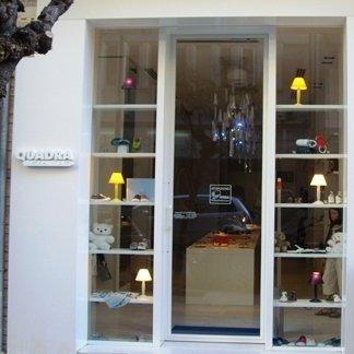 vetrina negozi con mensole