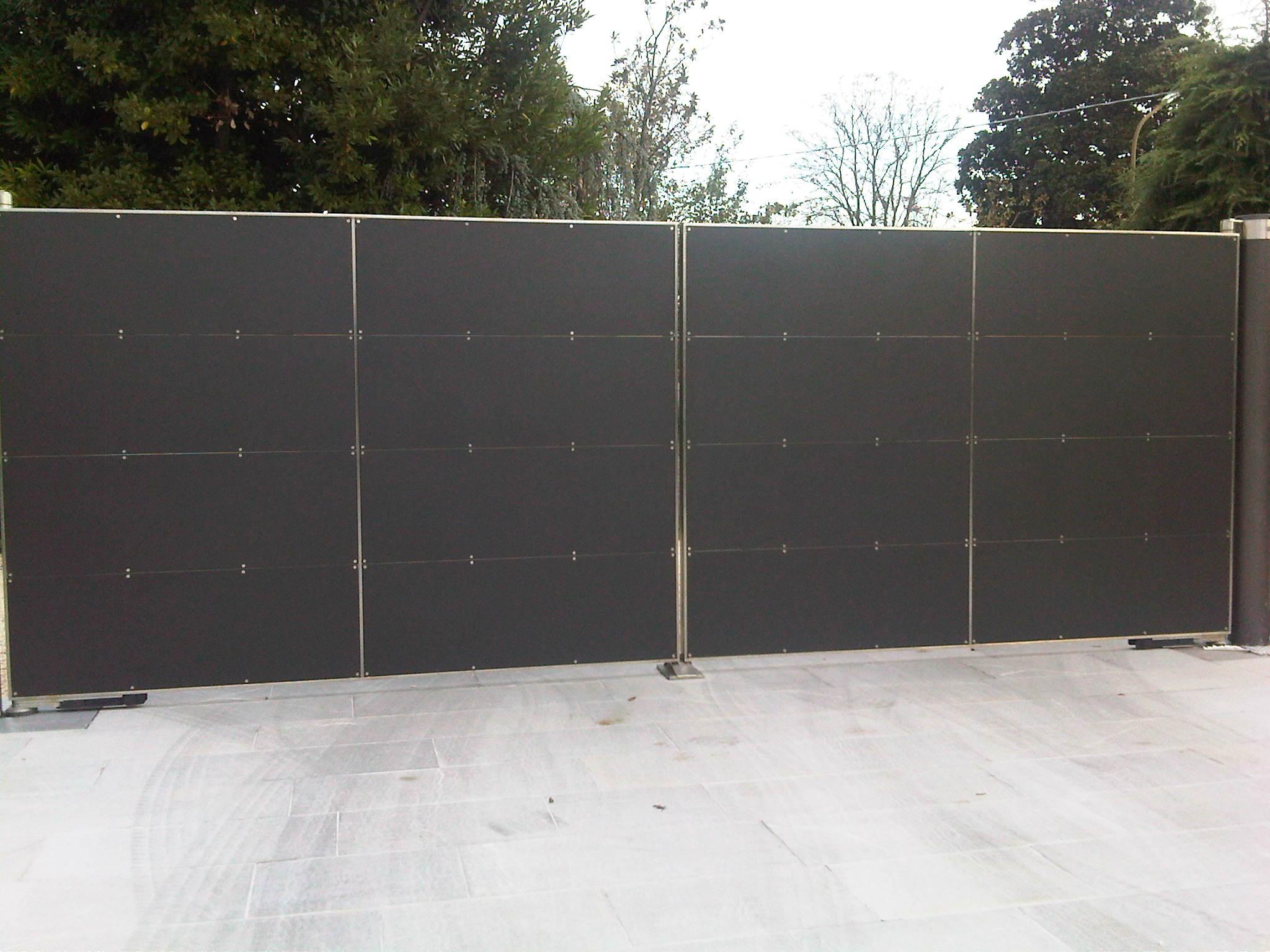 cancello esterno di colore scuro