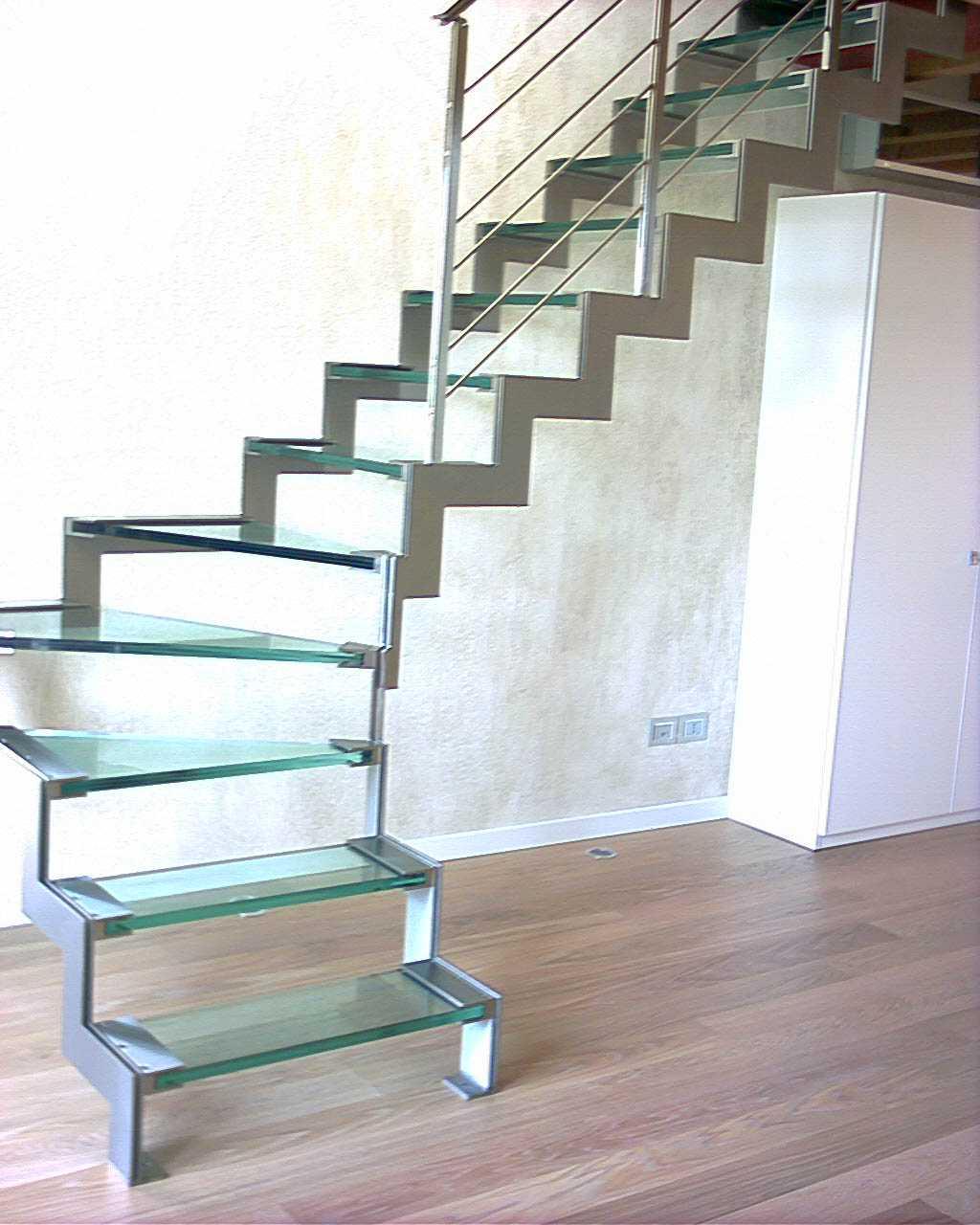 scala con scalini in vetro senza passamano