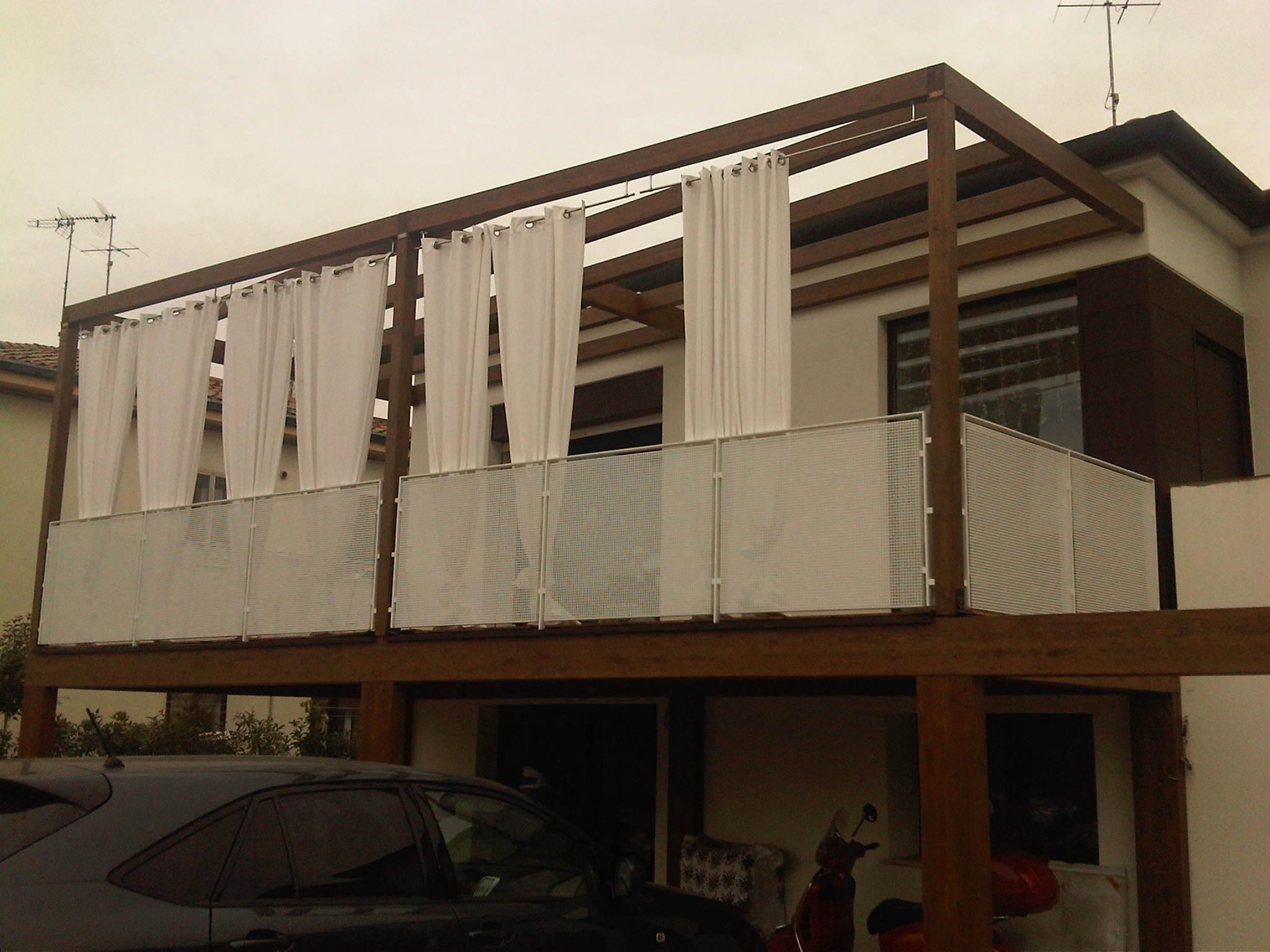veranda in legno con pensilina e tende bianche
