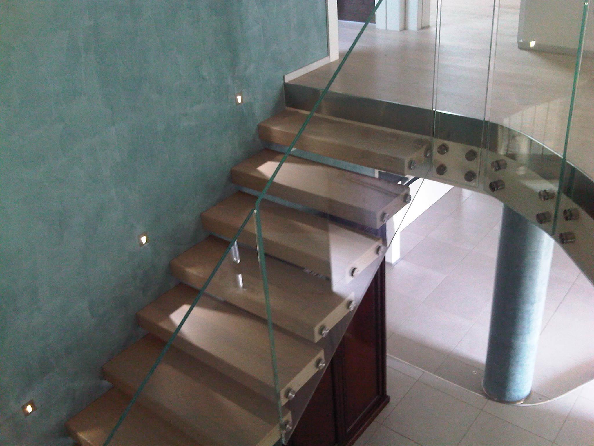 scala con scalini in legno e protezione in vetro