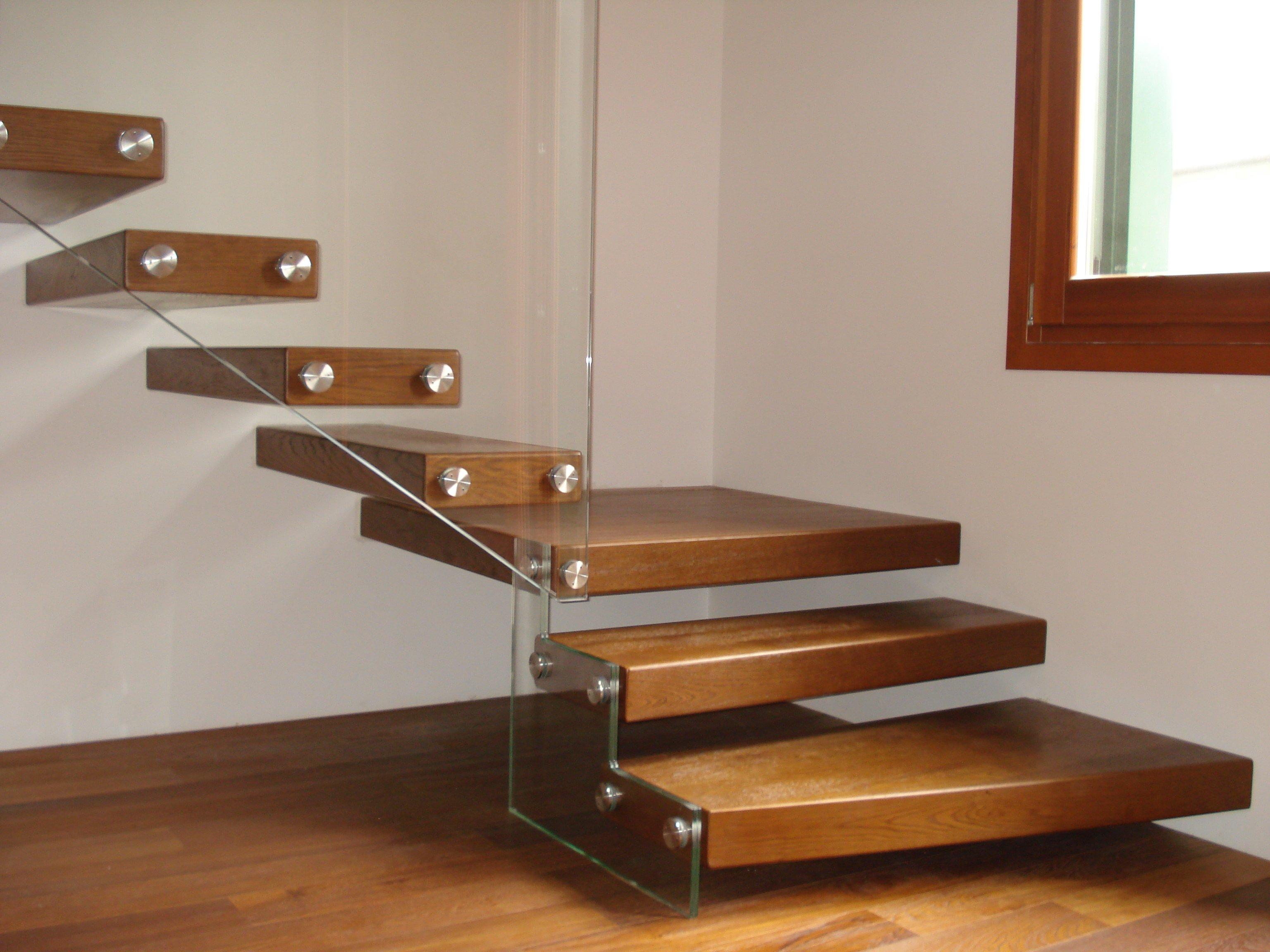 scale interne in legno su parquet