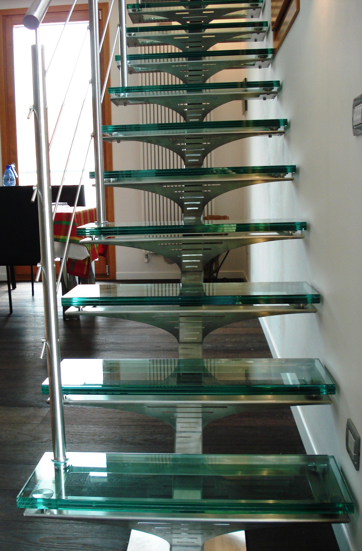 scala con scalini in vetro