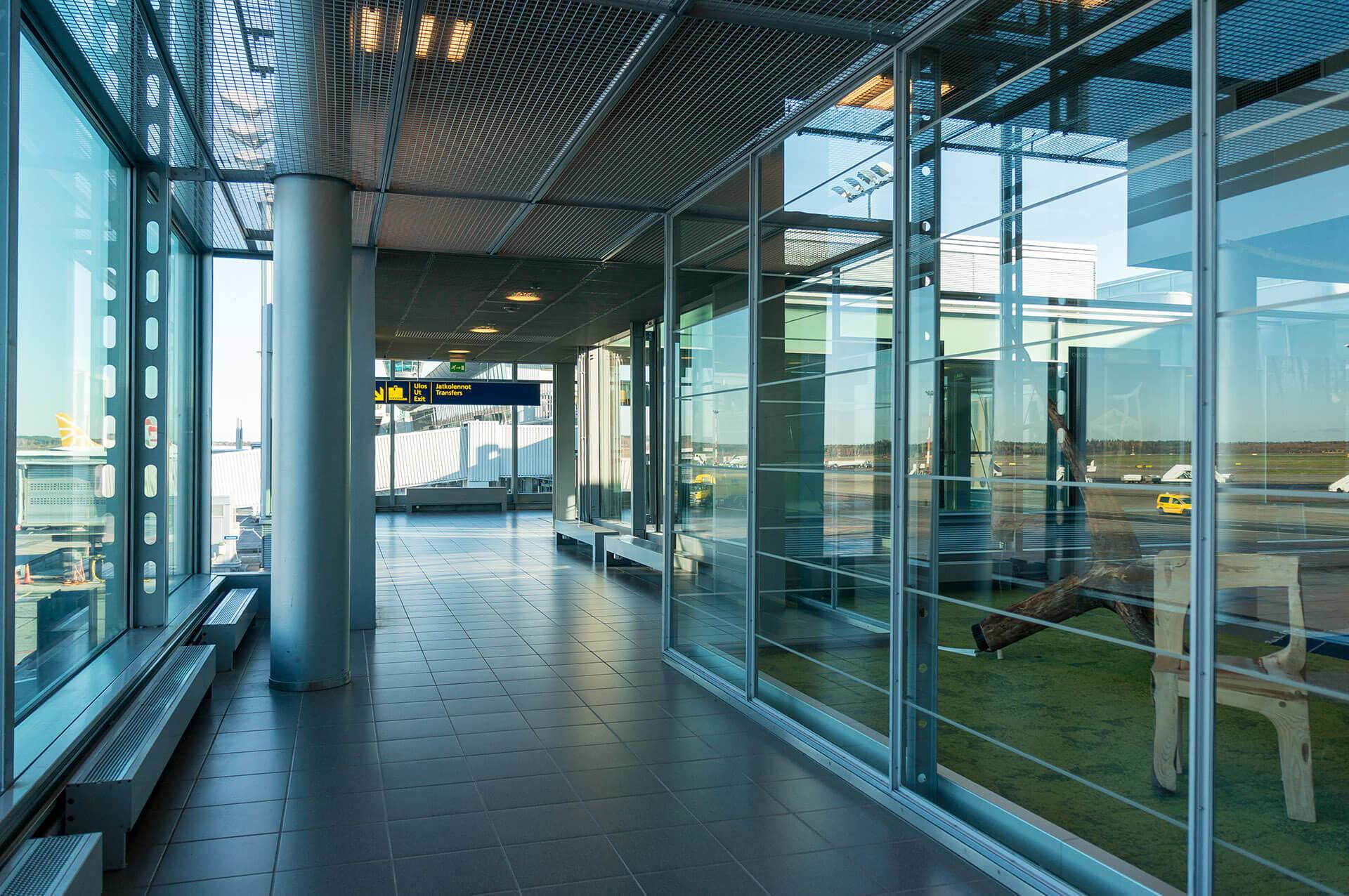 Interno di edificio con finestre e porte automatiche trasparenti