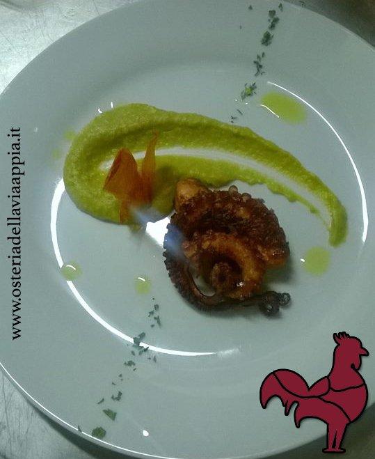 un piatto con un moscardino e della salsa gialla decorativa