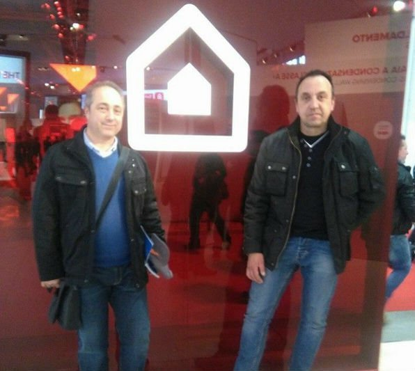 due persone vicino ha un'immagine di una casa bianca