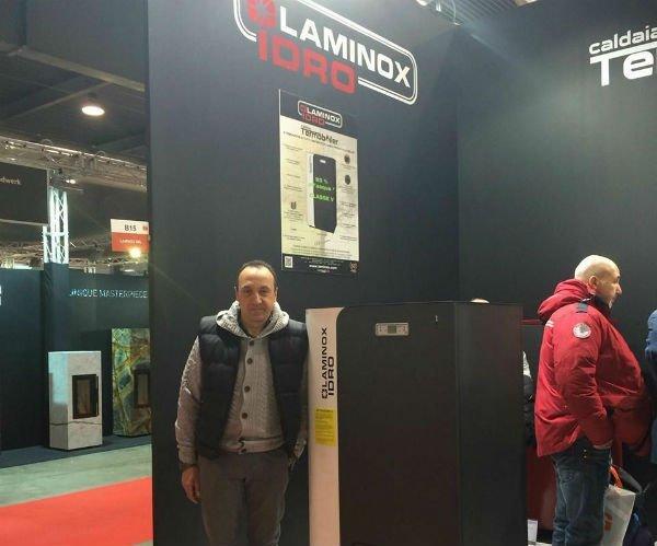 un uomo vicino a un pannello con scritto Laminox idro