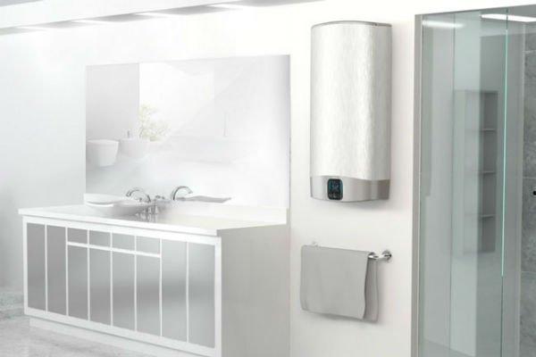 un bagno con un mobile bianco, uno specchio e un box doccia