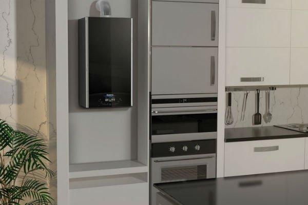 una cucina con una caldaia, un forno e dei mobili
