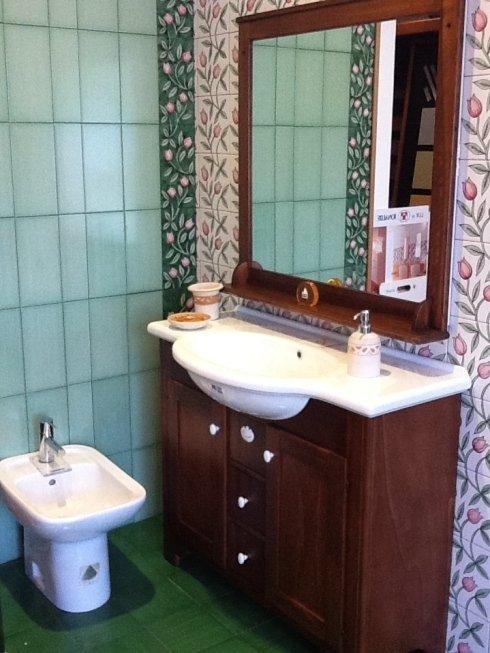 bidet, mobile con lavabo e specchio