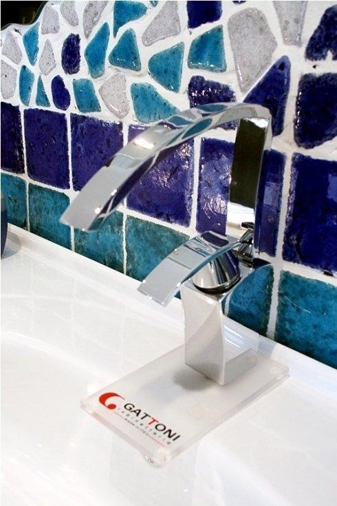 dettaglio piastrelle del bagno blu e rubinetto