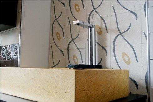 dettaglio di un rubinetto e parete decorata
