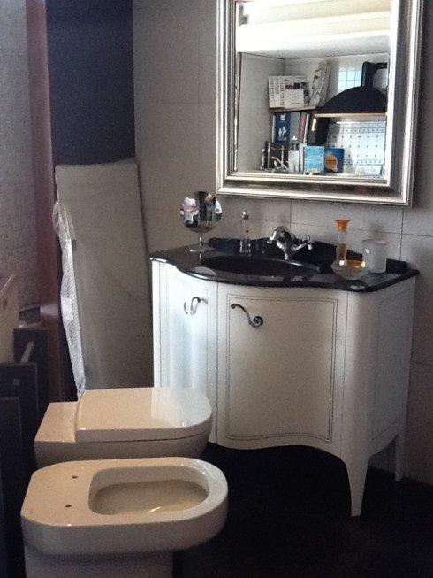 bagno con wc, bidet e mobile con lavandino