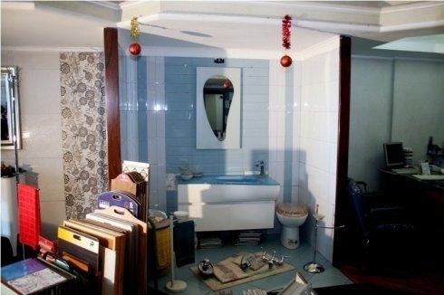 showroom con prodotti di arredamento per il bagno