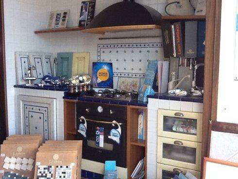 angolo espositivo di cucina e piastrelle