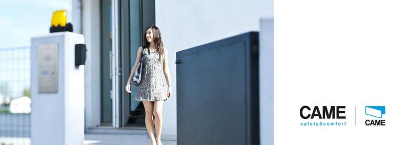 una donna mentre cammina con particolare di uno scaffale