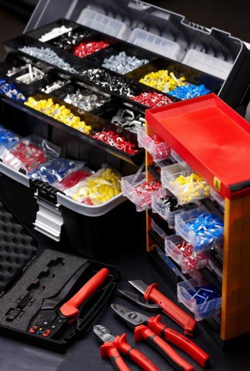 vista di uno scaffale con utensili da ferramenta