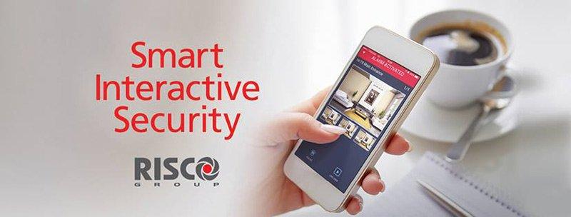 pubblicita con un cellulare in una mano e scritta SMART INTERACTIVE SECURITY