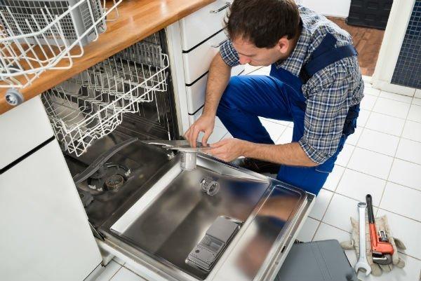 tecnico riparando una lavastoviglie