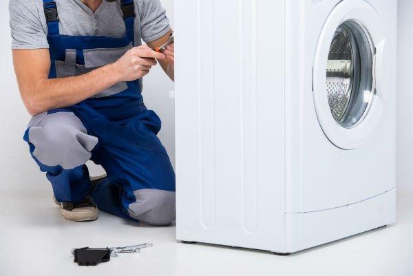 riparando una lavatrice