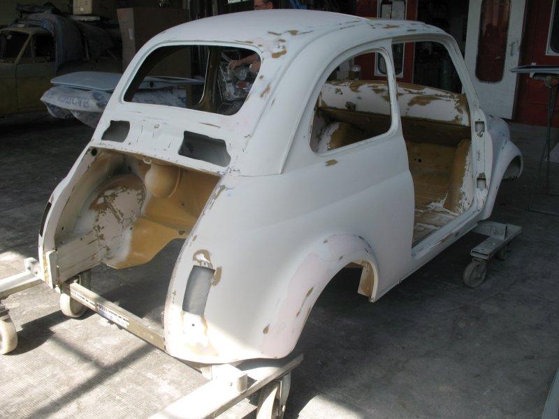 vista laterale di una carrozzeria fiat 500 bianca