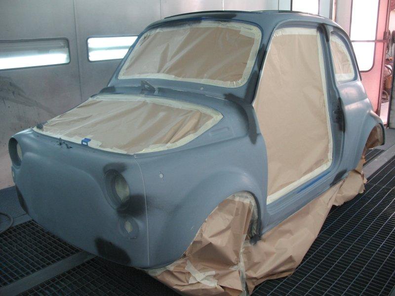 vista  laterale di una carrozzeria fiat 500 blu