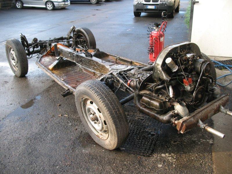 struttura portante di un auto con armotizzatori bilanciere e stabilizzatore