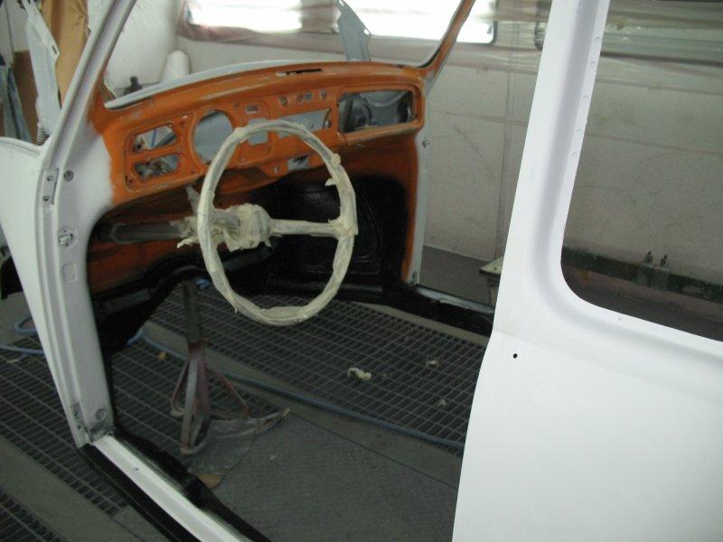 vista del volante dalla portiera di una carrozzeria bianca