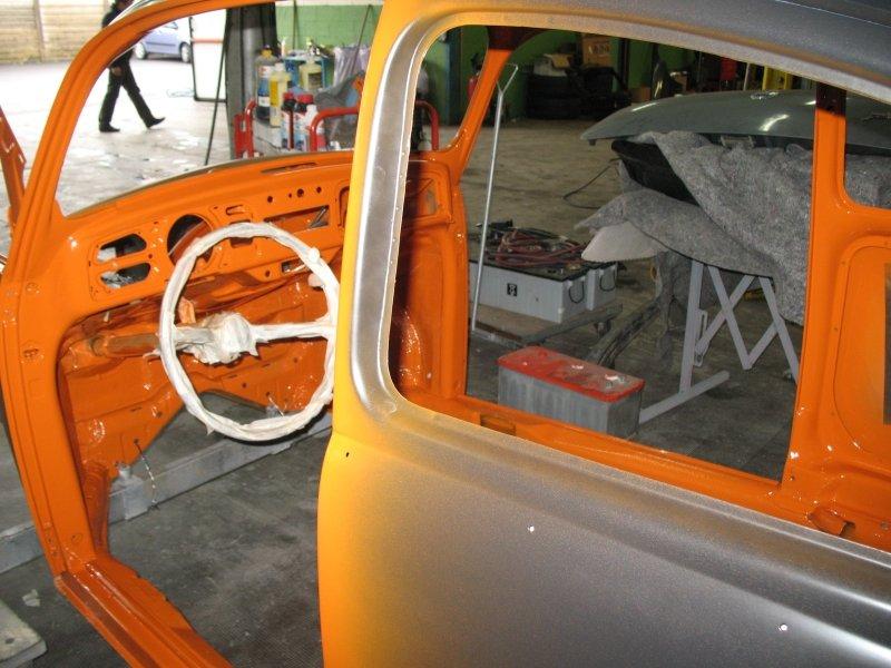 vista del volante dalla portiera di una carrozzeria