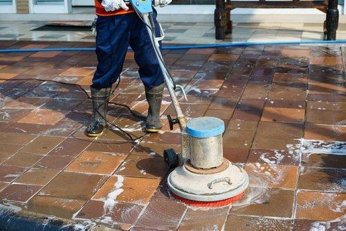 pulizia professionale di un pavimento esterno