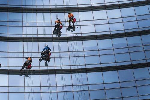 addetti alla pulizia dei vetri esterni di un palazzo
