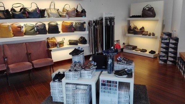 esposizione scarpe cinture e borse a Bussolengo
