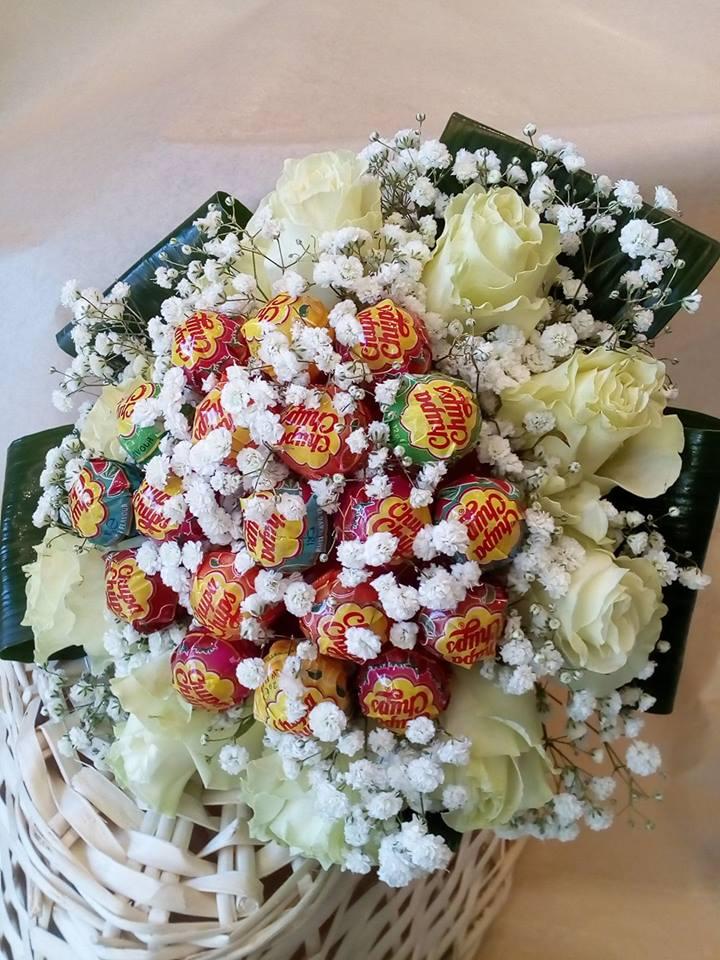 un  bouquet di rose bianche e dei chupa chupa