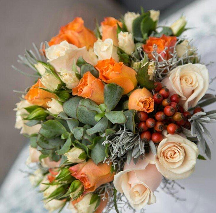 una composizione di fiori bianchi e arancioni