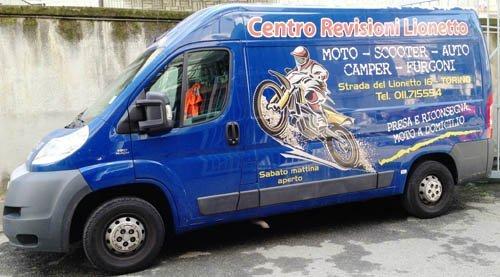 furgone blu con pubblicità Centro centro revisioni