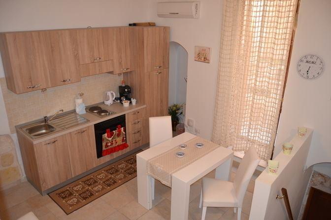 un tavolo bianco e una cucina con mobili in legno