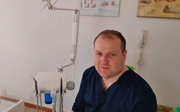 Il dott. Frontoni nel suo studio
