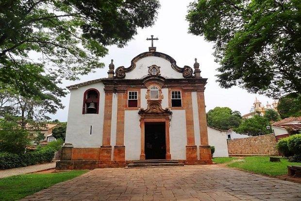 ... Rosário dos Homens Pretos foram as primeiras a se instalarem em Minas  Gerais. Reflexo do grande número de escravos na região das minas foram  também as ... fb1b617f60