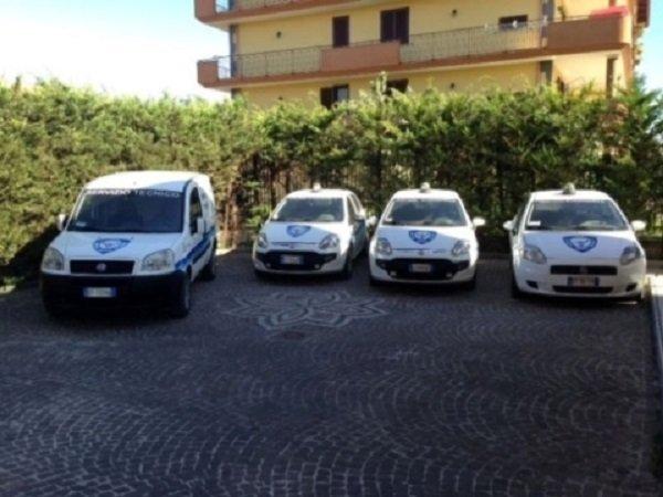 Tre auto e un furgone di sorveglianza