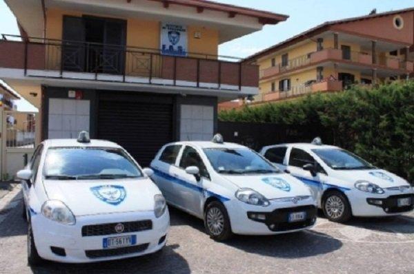 Tre auto parcheggiati alla porta della compagnia