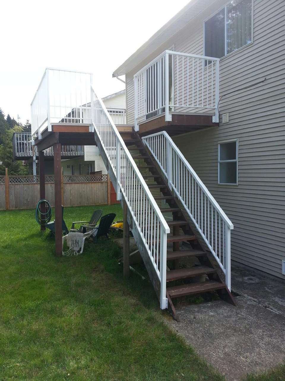 Hand rail installed by professionals at SunRay Aluminum Railings