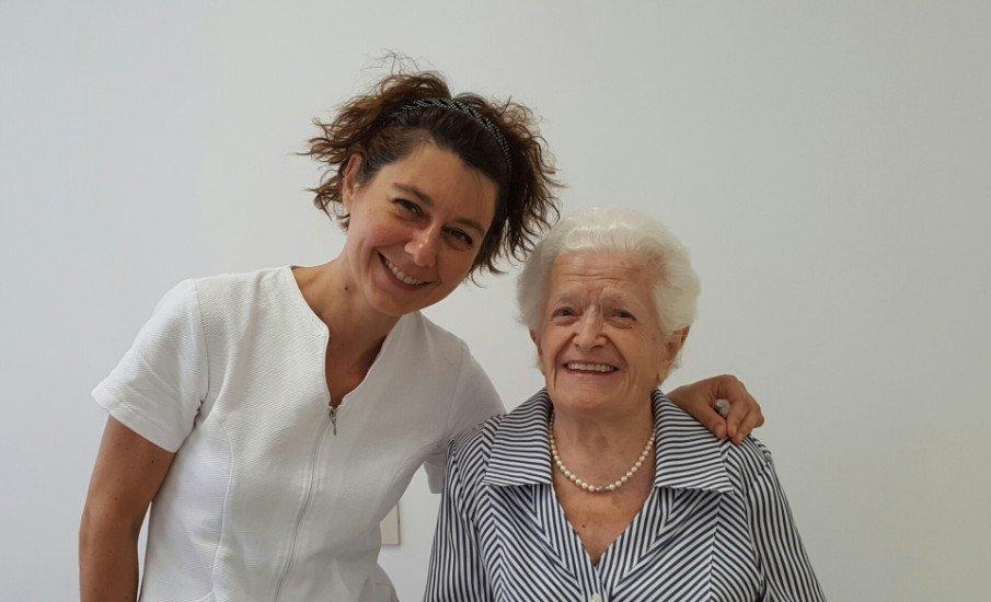 una donna e una signora anziana in posa per una foto
