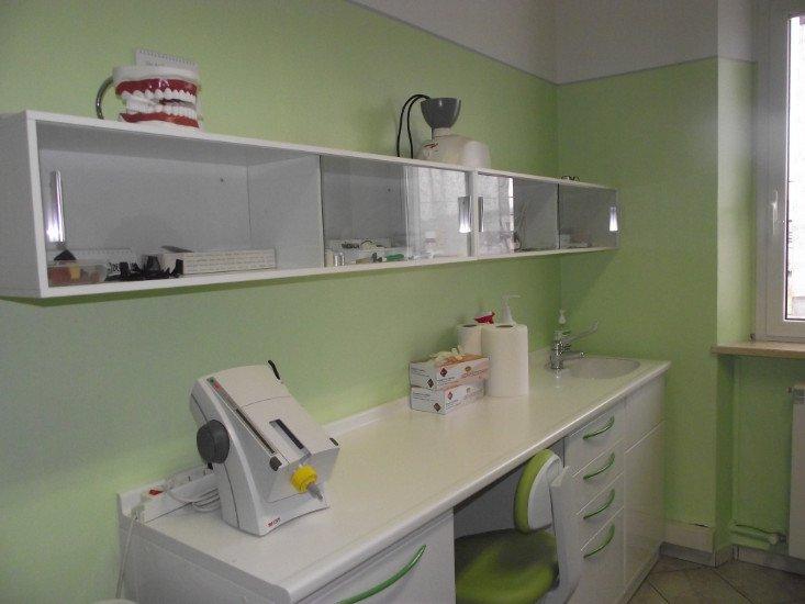 il banco da lavoro con un lavandino in uno studio dentistico