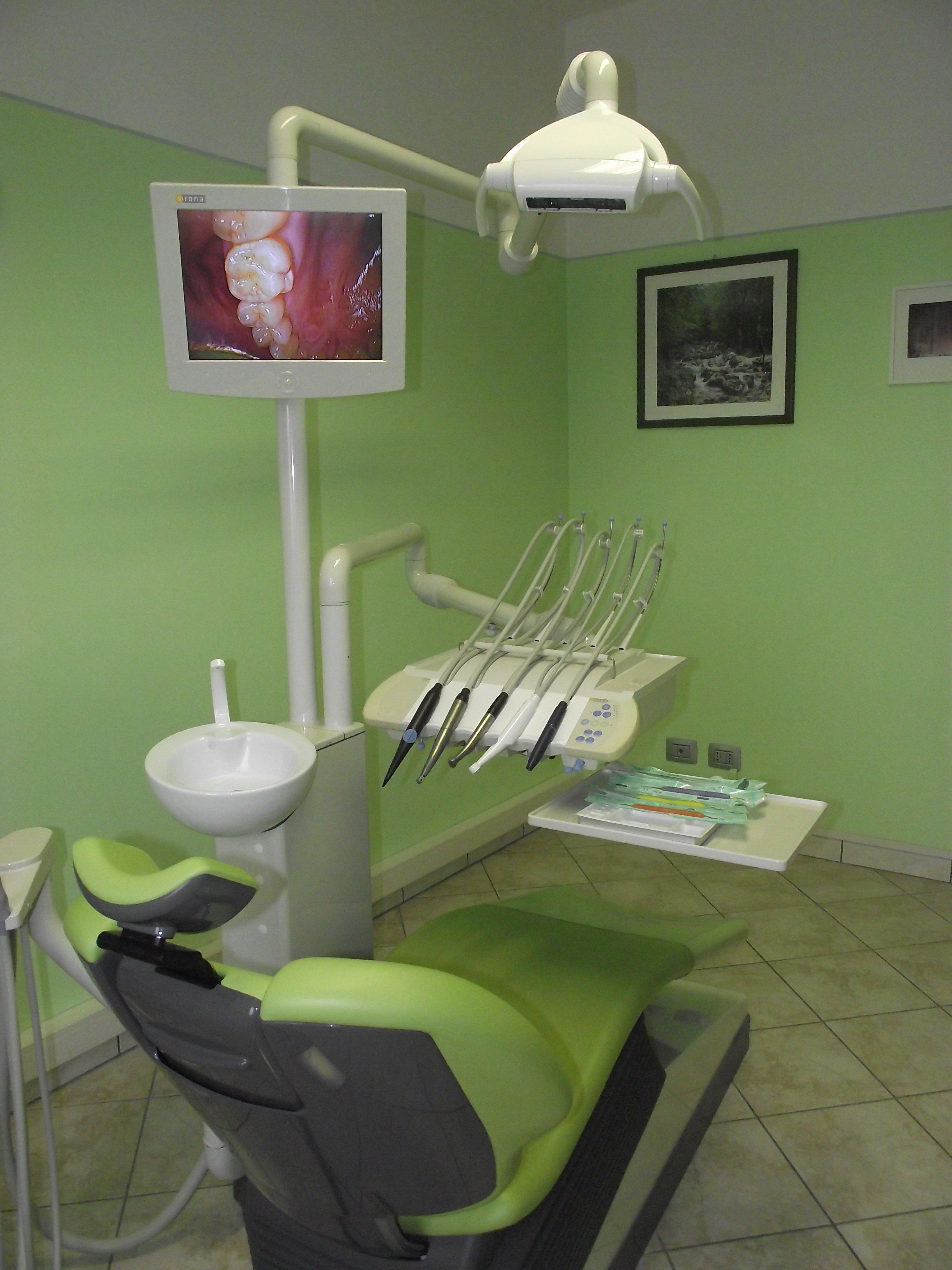 la poltrona e gli accessori nella sala dello studio dentistico