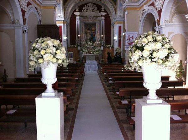 allestimento floreale dentro una chiesa