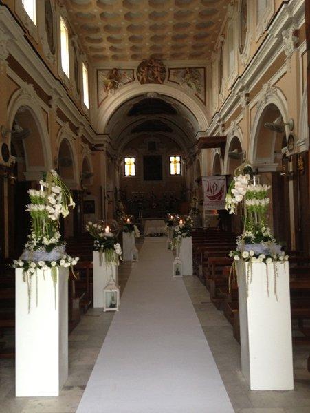 chiesa con addobbi personalizzati per cerimonie